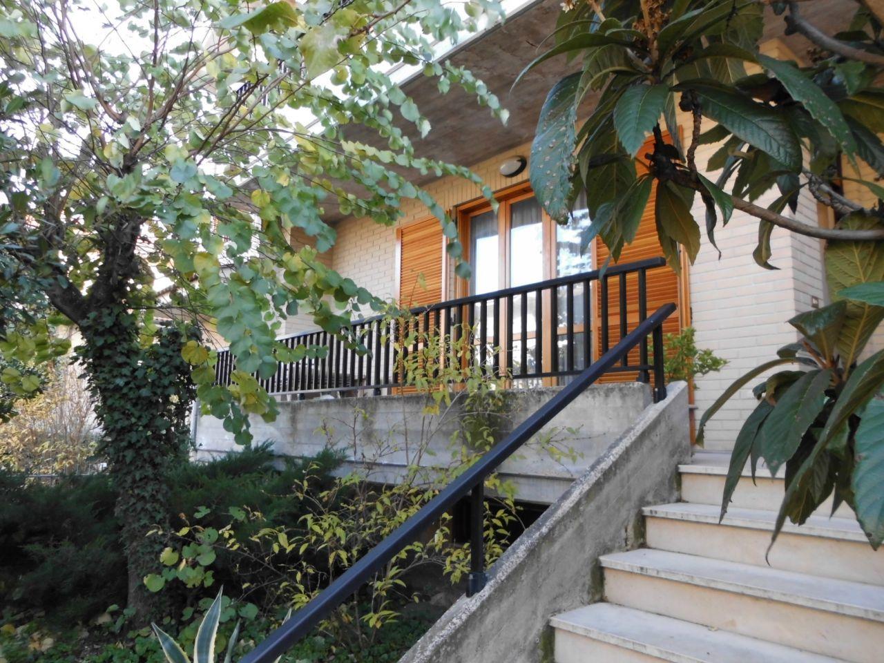 Soluzione Indipendente in vendita a Maiolati Spontini, 6 locali, Trattative riservate | Cambio Casa.it