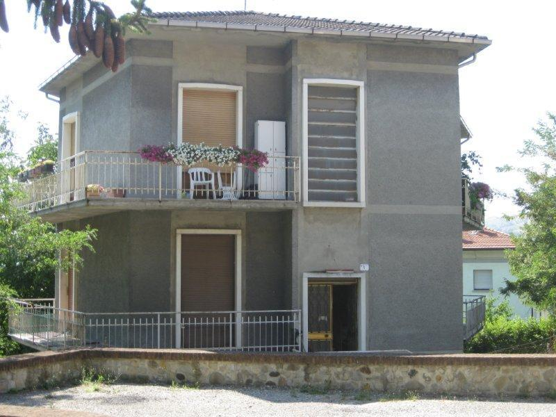 Appartamento in vendita a Fornovo di Taro, 4 locali, prezzo € 100.000   CambioCasa.it