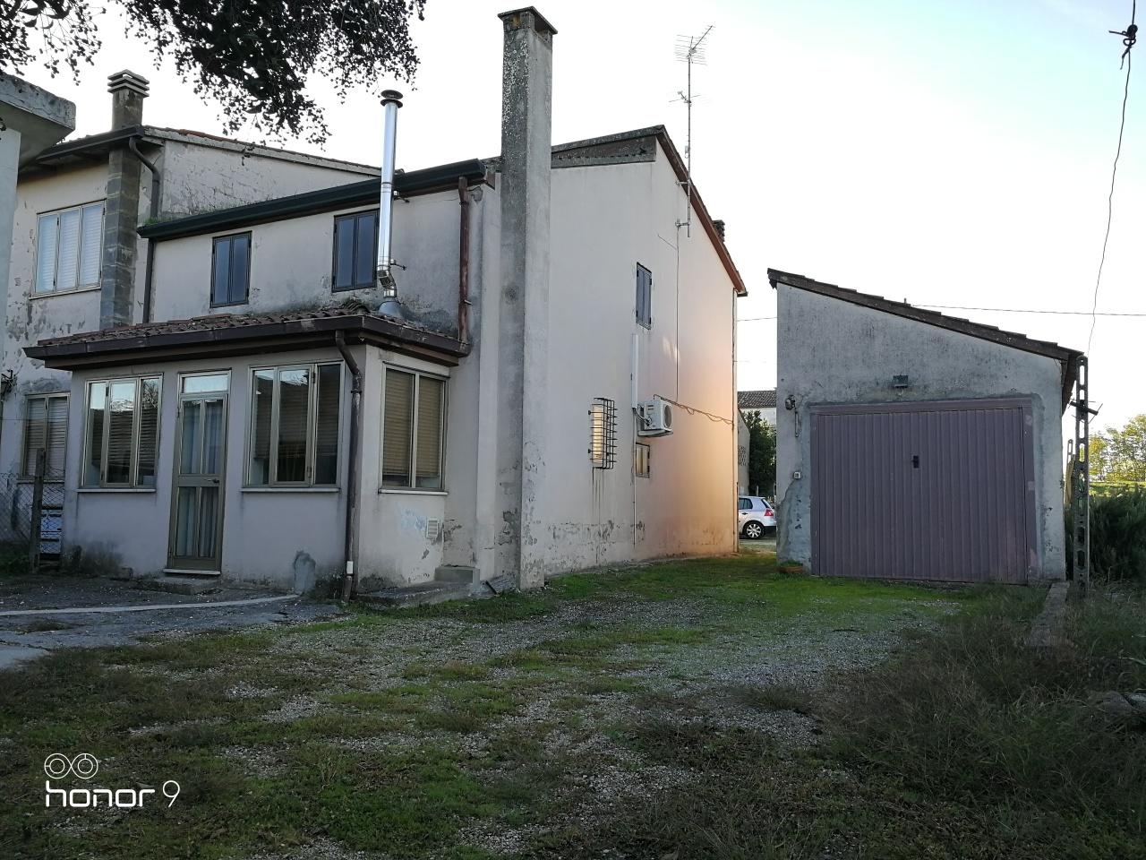 Villa a Schiera in vendita a Arquà Polesine, 6 locali, prezzo € 35.000   CambioCasa.it