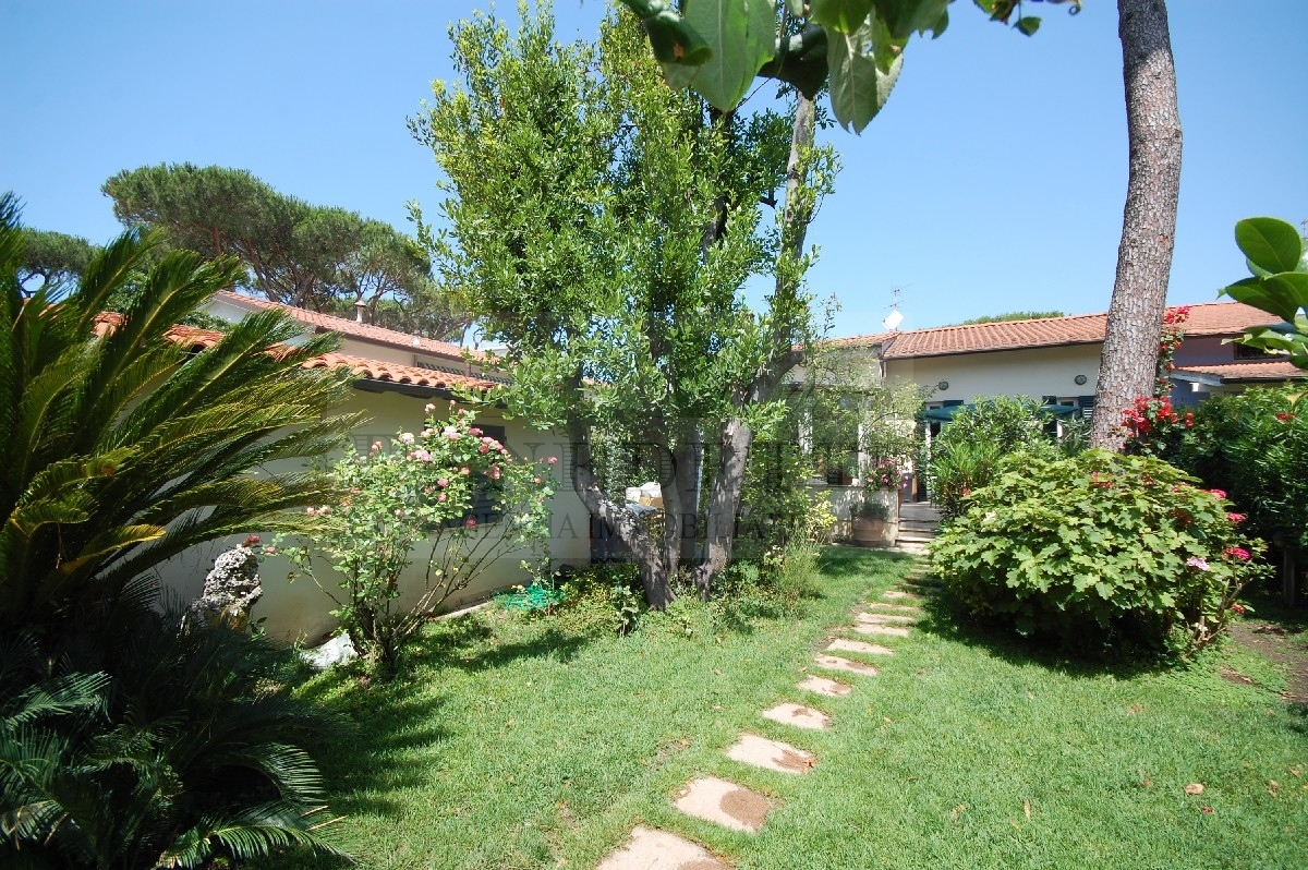 Soluzione Indipendente in vendita a Pietrasanta, 6 locali, prezzo € 790.000 | Cambio Casa.it