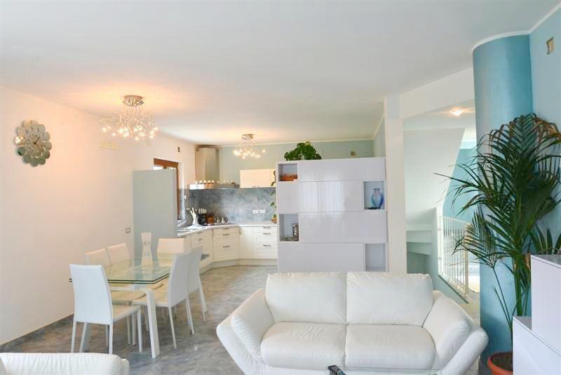Villa in vendita a Vado Ligure, 5 locali, prezzo € 430.000 | CambioCasa.it