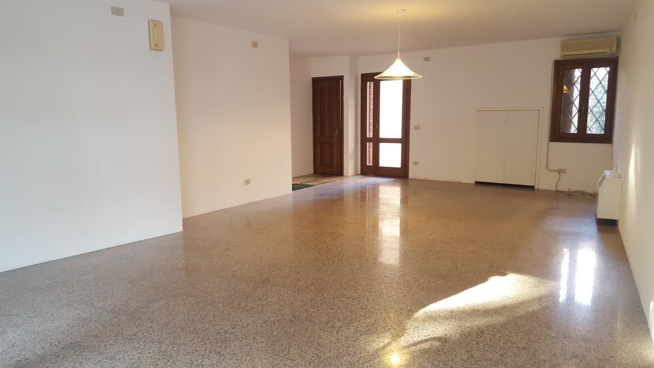 Negozio / Locale in affitto a Castelfranco Veneto, 2 locali, prezzo € 650 | CambioCasa.it