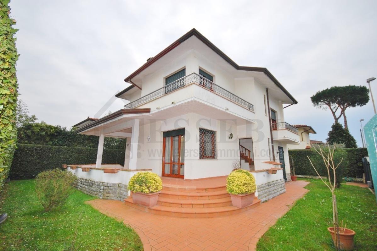 Villa in affitto a Pietrasanta, 8 locali, Trattative riservate | CambioCasa.it