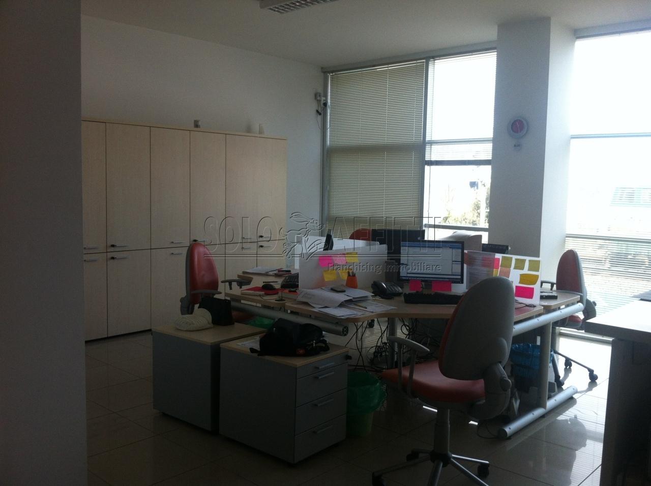 Ufficio / Studio in affitto a Città Sant'Angelo, 2 locali, prezzo € 450 | Cambio Casa.it
