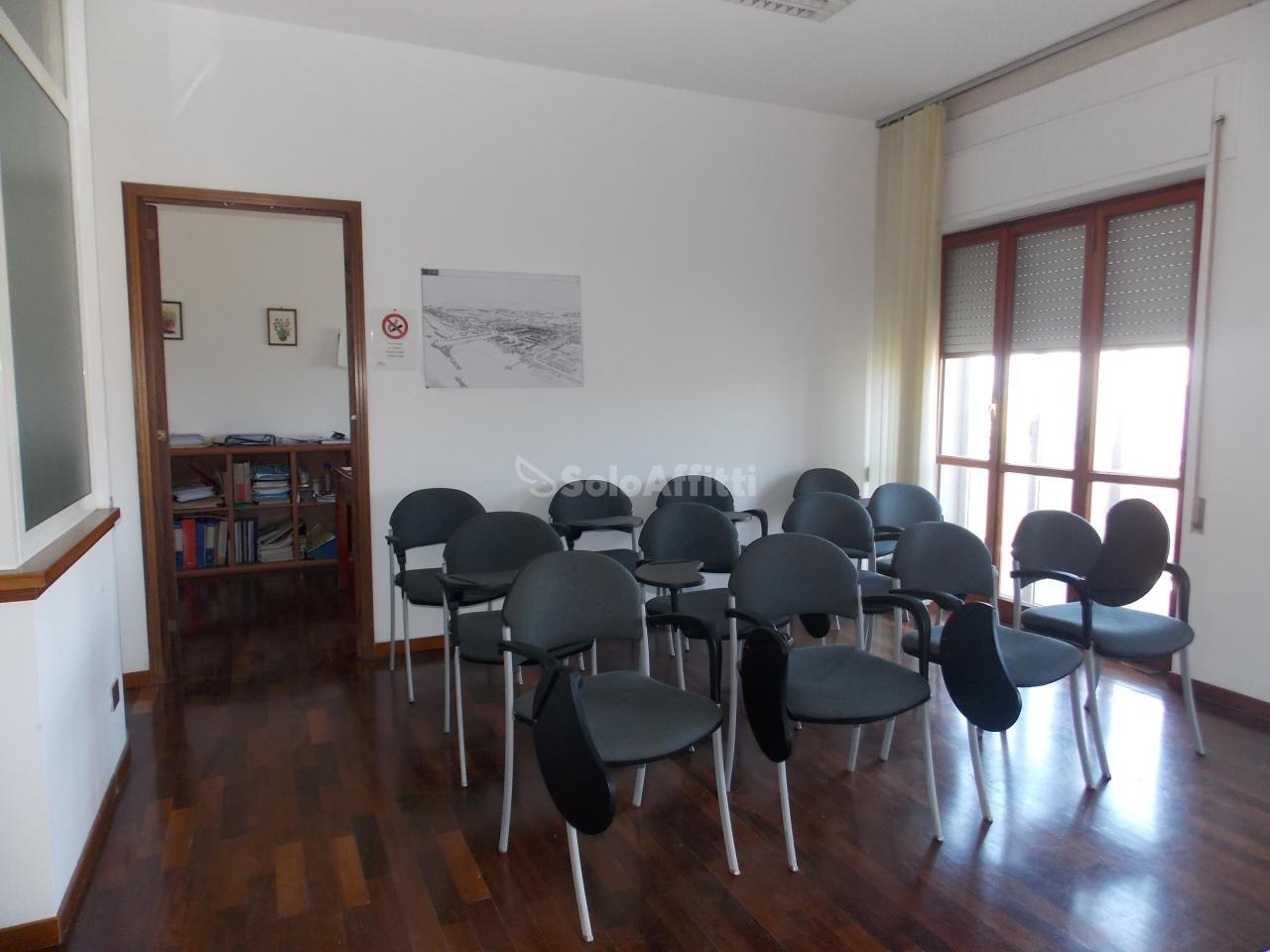 Ufficio diviso in ambienti/locali in affitto - 190 mq