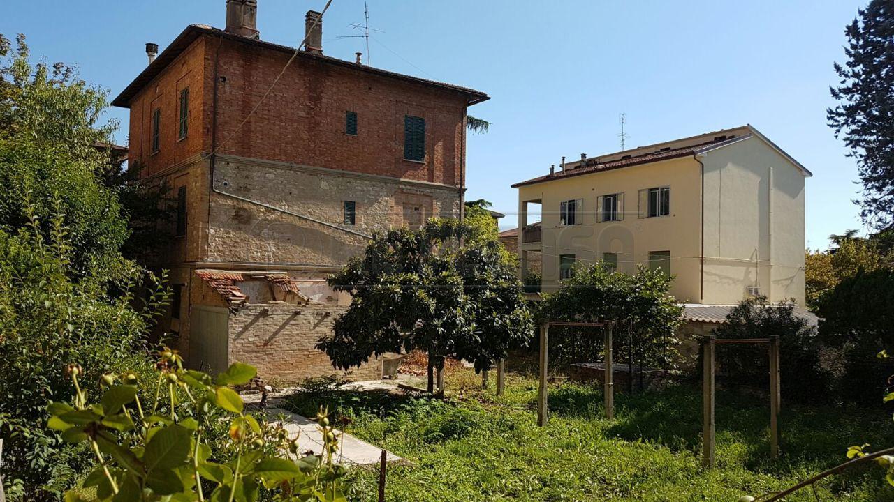 Rustico / Casale in vendita a Perugia, 12 locali, Trattative riservate | Cambio Casa.it