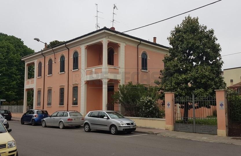 Villa in vendita a Bondeno, 12 locali, prezzo € 230.000   Cambio Casa.it