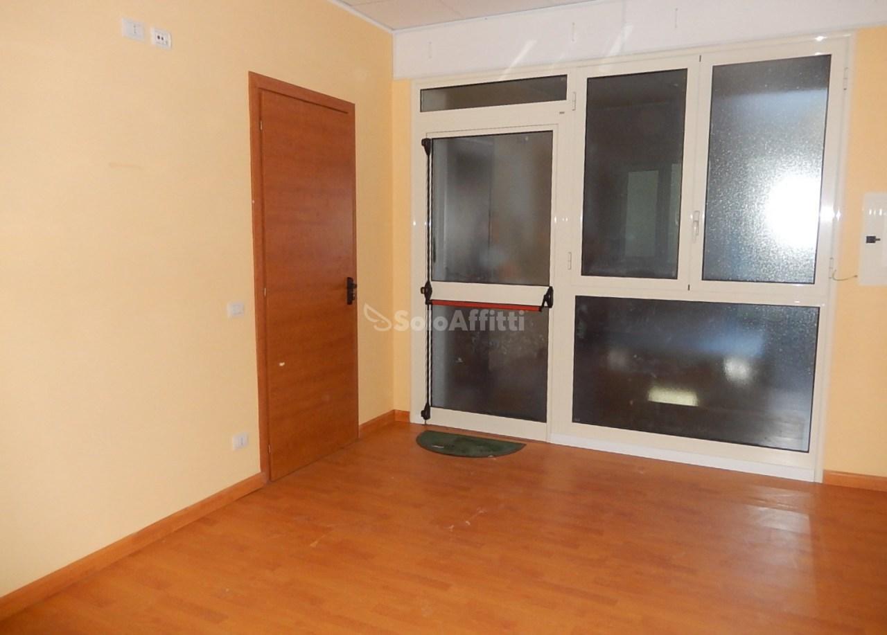 Ufficio diviso in ambienti/locali in affitto - 105 mq