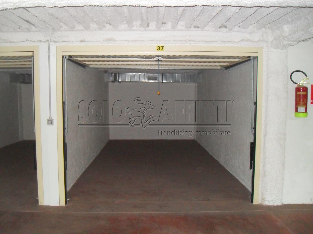 Garage in affitto a catania via etnea piano terra for Garage in affitto