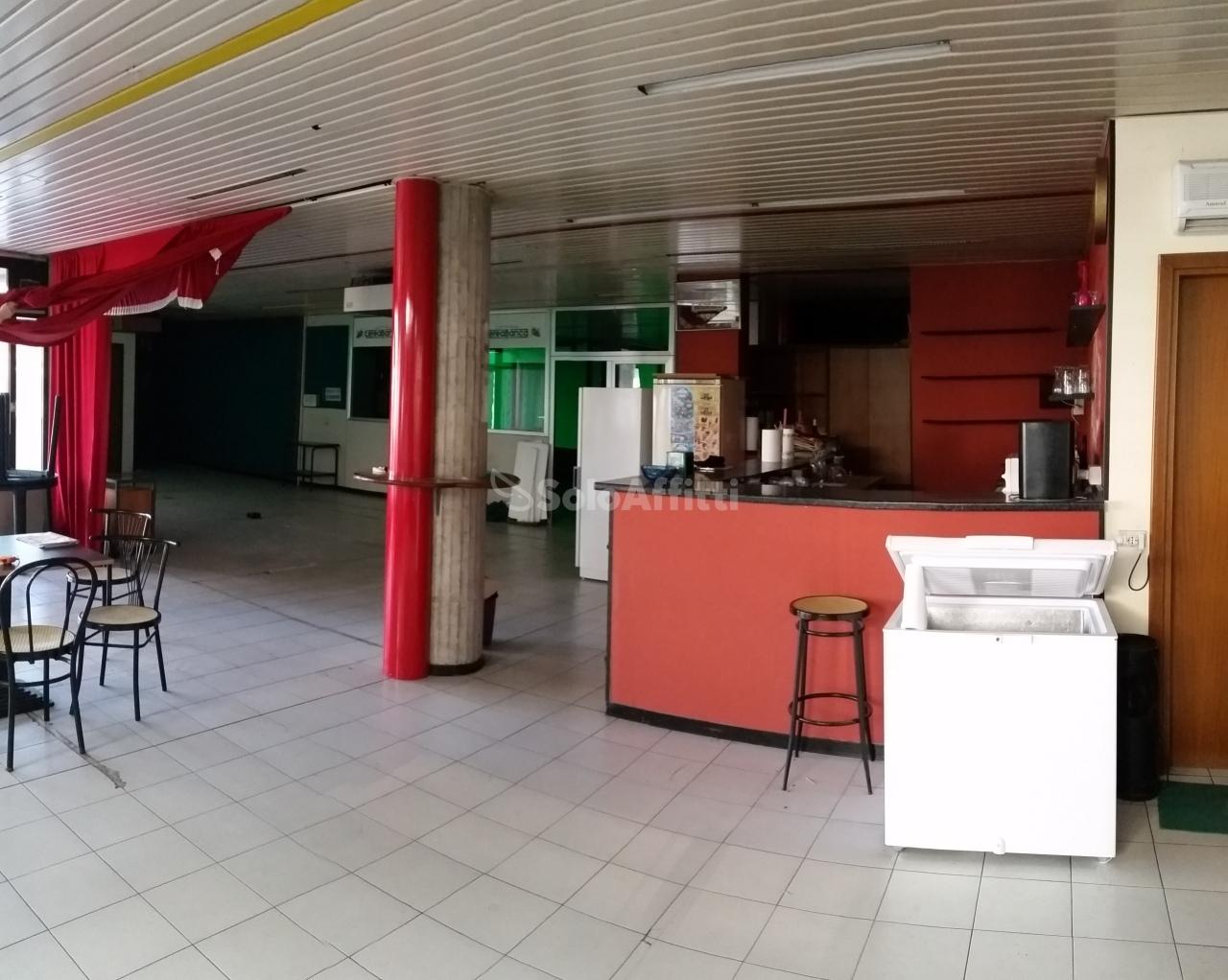 Fondo negozio in affitto a cerea piano terra garage for Garage con negozio