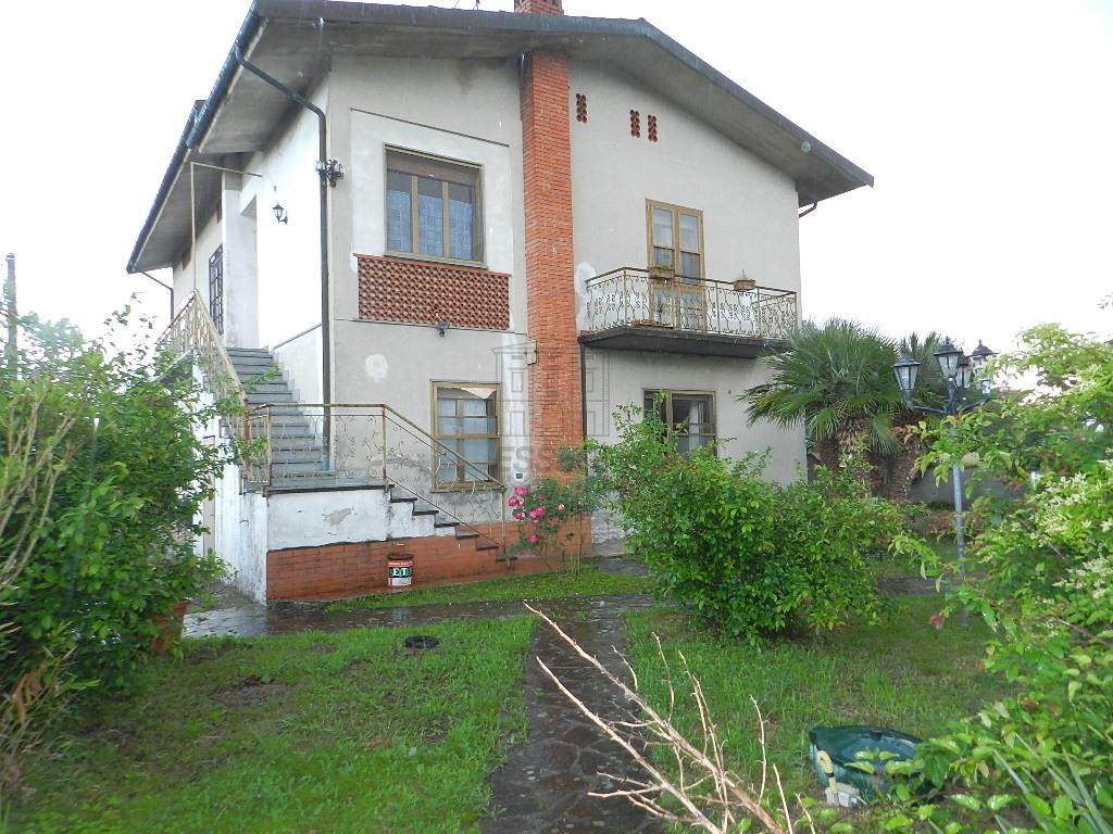 vendita villa capannori   420000 euro  12 locali  320 mq
