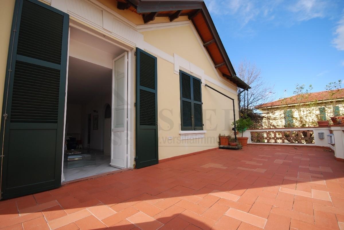 Appartamento in affitto a Pietrasanta, 8 locali, Trattative riservate | CambioCasa.it
