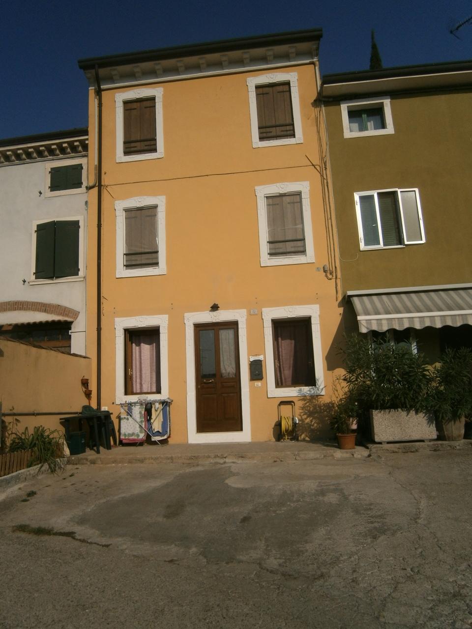 Soluzione Indipendente in affitto a Monteforte d'Alpone, 8 locali, prezzo € 600 | Cambio Casa.it