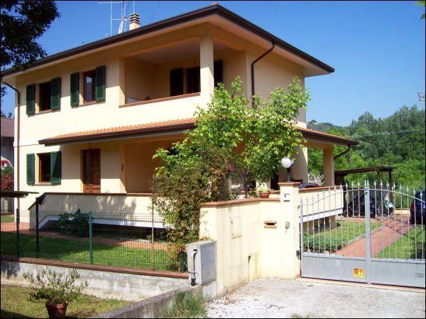 vendita villa camaiore   650000 euro  8 locali  240 mq