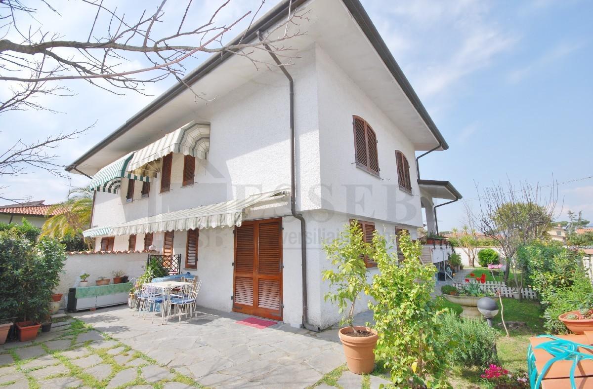 Soluzione Indipendente in vendita a Pietrasanta, 8 locali, prezzo € 650.000   CambioCasa.it