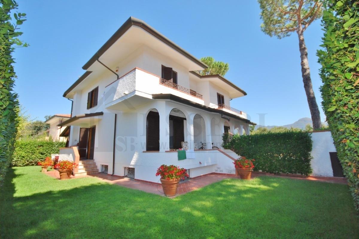 Soluzione Indipendente in vendita a Pietrasanta, 8 locali, prezzo € 550.000   CambioCasa.it