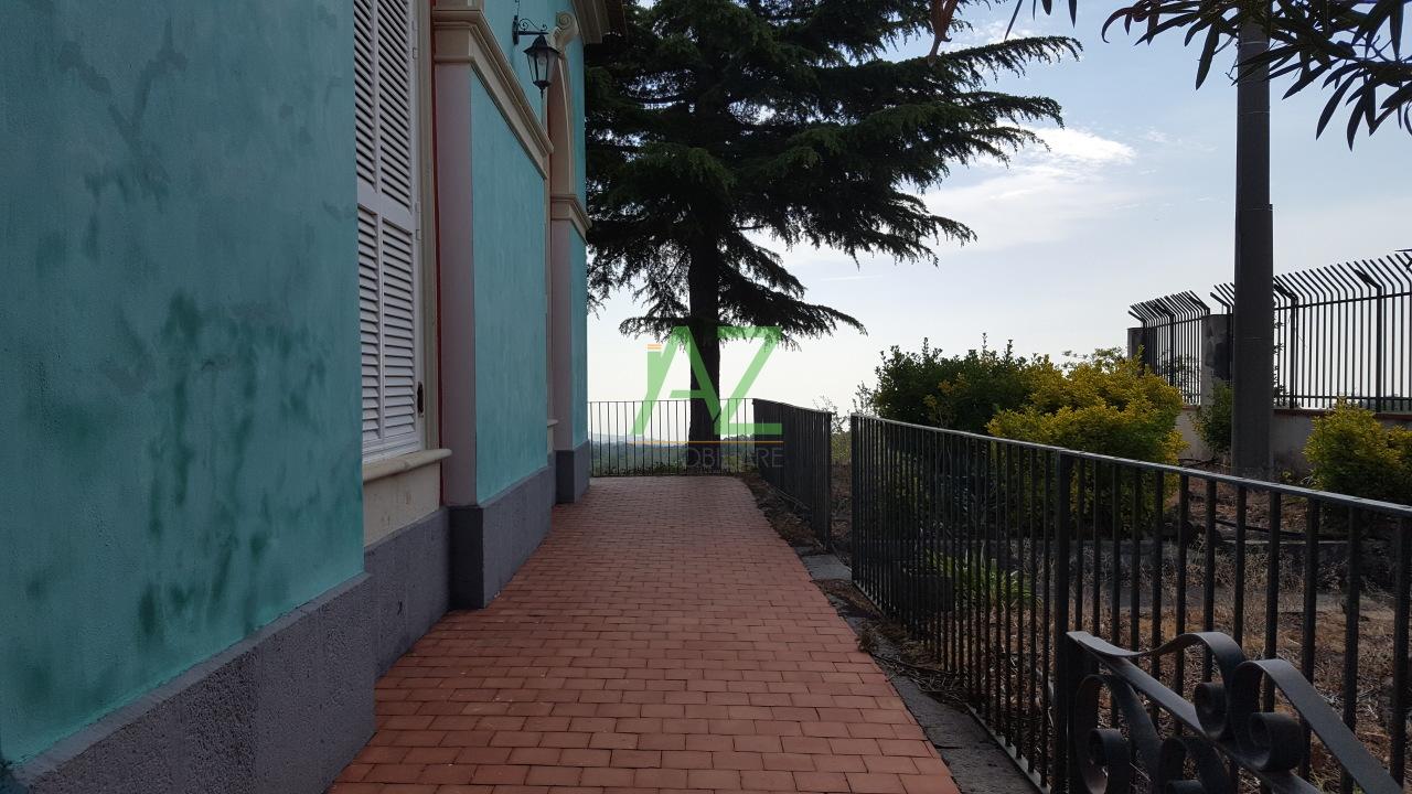 Soluzione Indipendente in vendita a Linguaglossa, 8 locali, prezzo € 400.000   Cambio Casa.it
