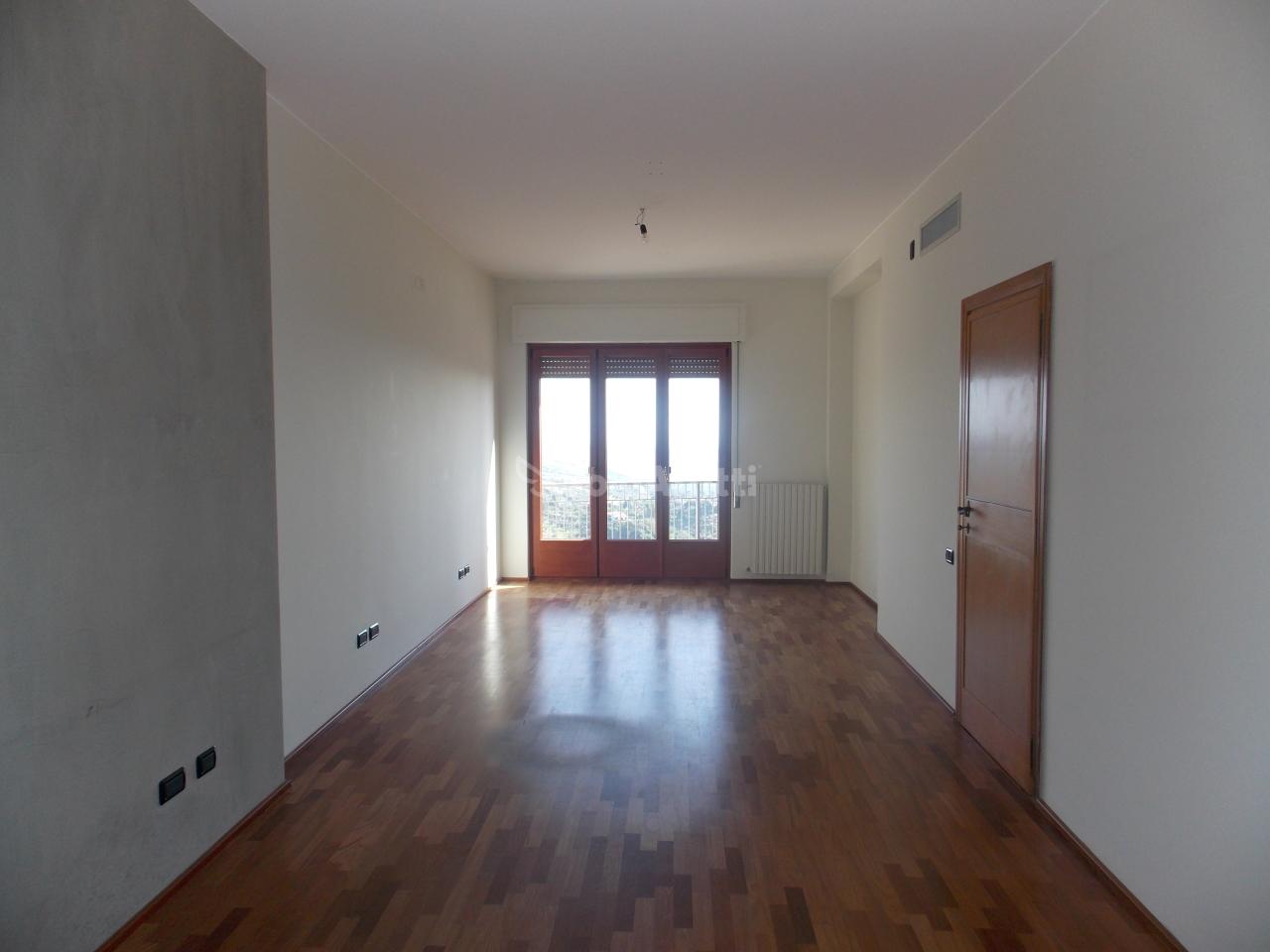 Monolocale in affitto - 185 mq
