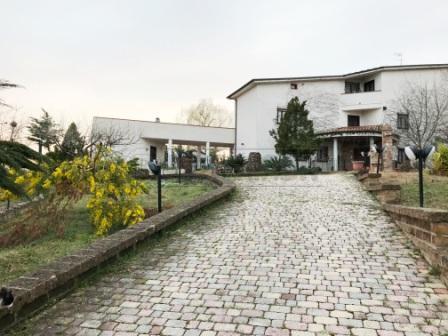 Villa in vendita a Moscufo, 6 locali, prezzo € 450.000 | Cambio Casa.it