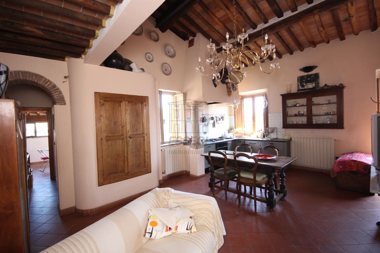 Appartamento in vendita a Lucca, 4 locali, prezzo € 300.000 | Cambio Casa.it