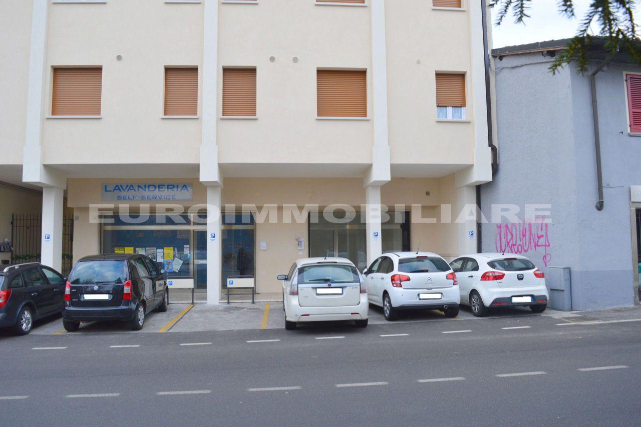 Negozio / Locale in affitto a Passirano, 2 locali, prezzo € 600 | CambioCasa.it