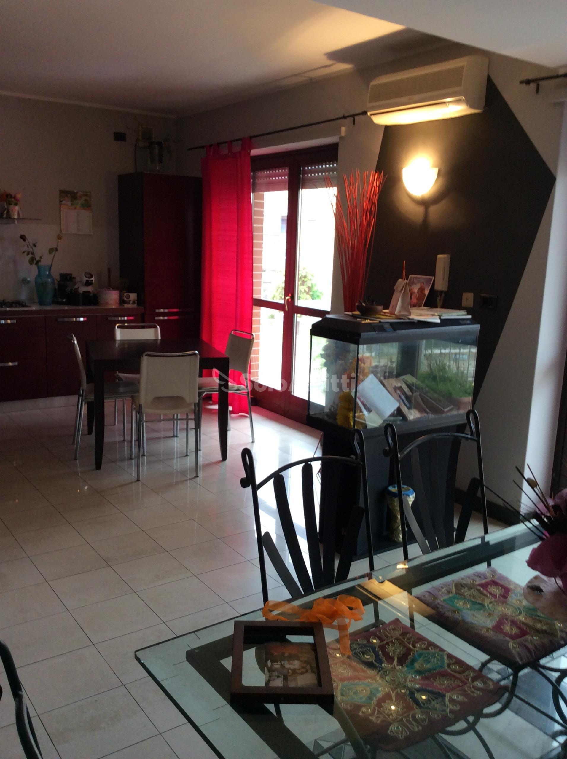ingresso su soggiorn living con cucina a vista.JPG