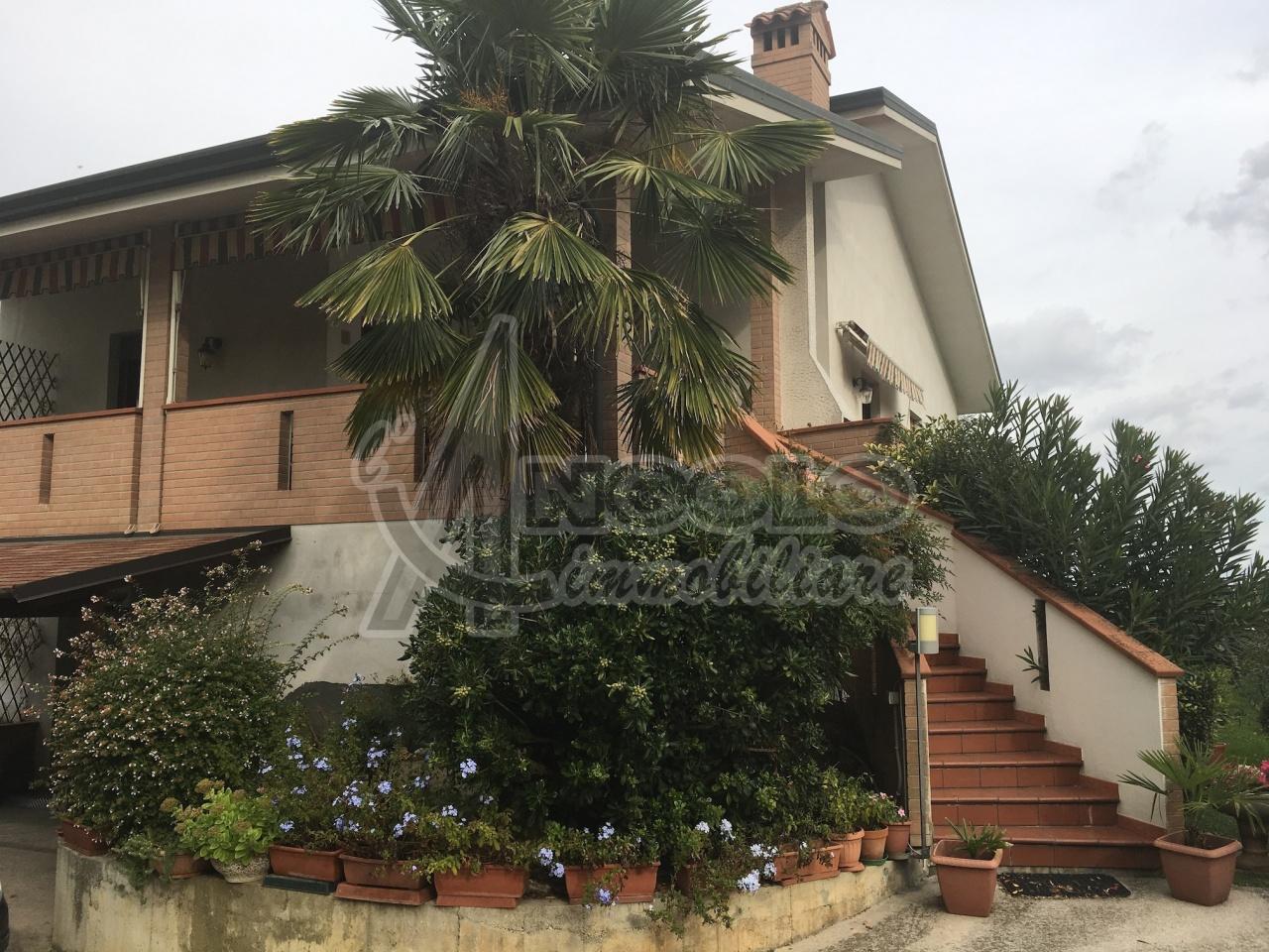 Soluzione Indipendente in vendita a Canaro, 11 locali, prezzo € 275.000 | Cambio Casa.it