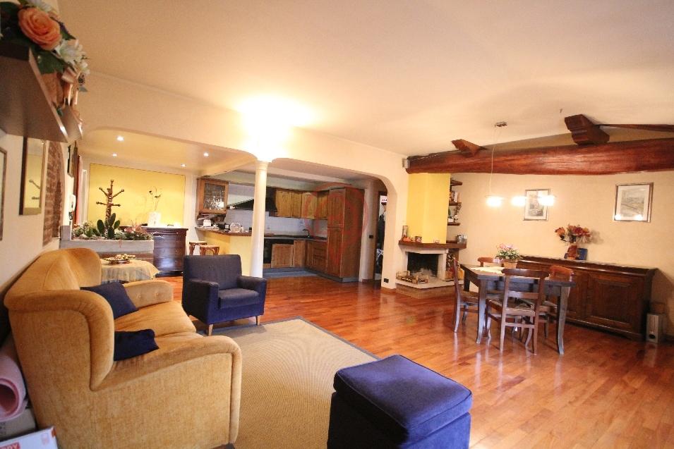 Appartamento in vendita a Lucca, 7 locali, prezzo € 350.000 | Cambio Casa.it