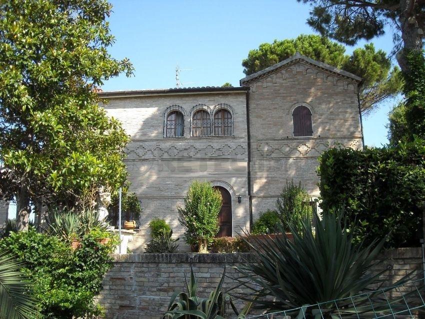 Villa in vendita a Osimo, 10 locali, prezzo € 750.000 | Cambio Casa.it