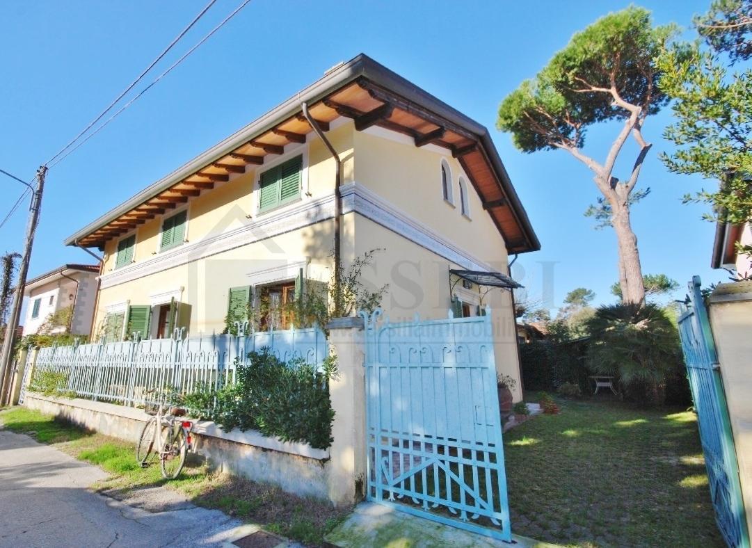Soluzione Indipendente in affitto a Pietrasanta, 6 locali, Trattative riservate | CambioCasa.it