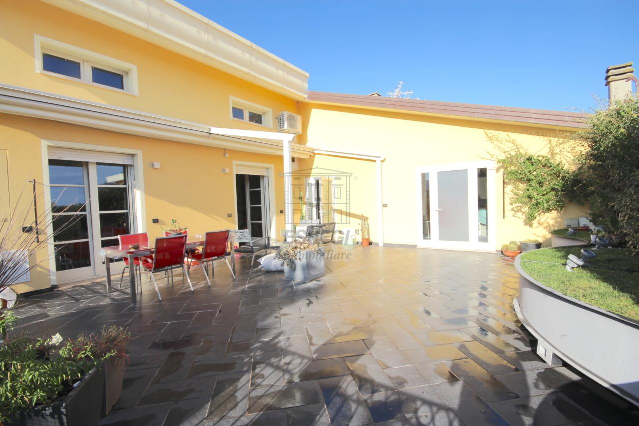 vendesi appartamento con terrazza panoramica lucca
