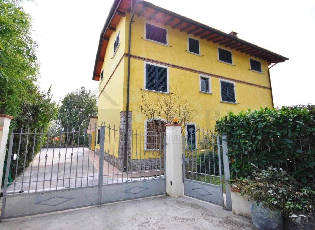 Soluzione Indipendente in affitto a Pietrasanta, 7 locali, Trattative riservate | CambioCasa.it