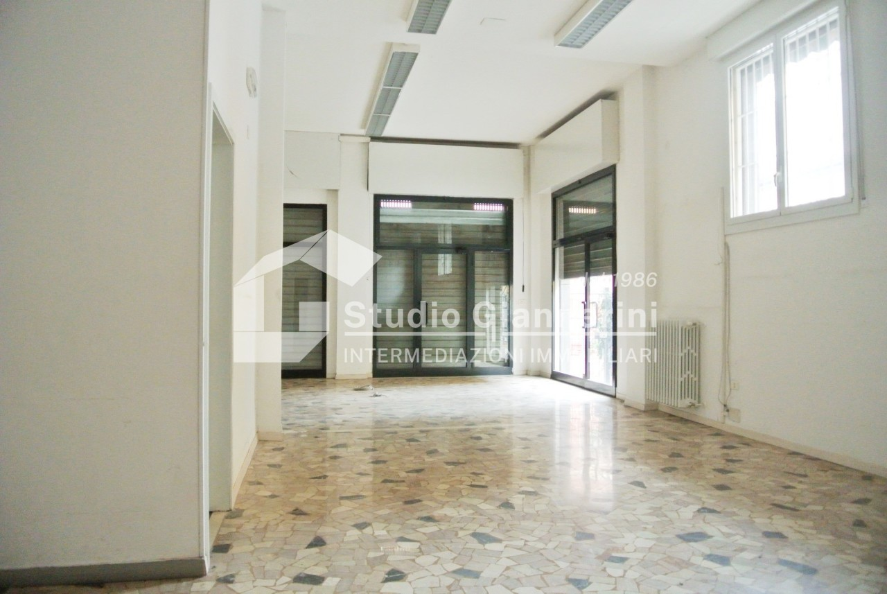 vendita locale commerciale bologna 3 120  900 €