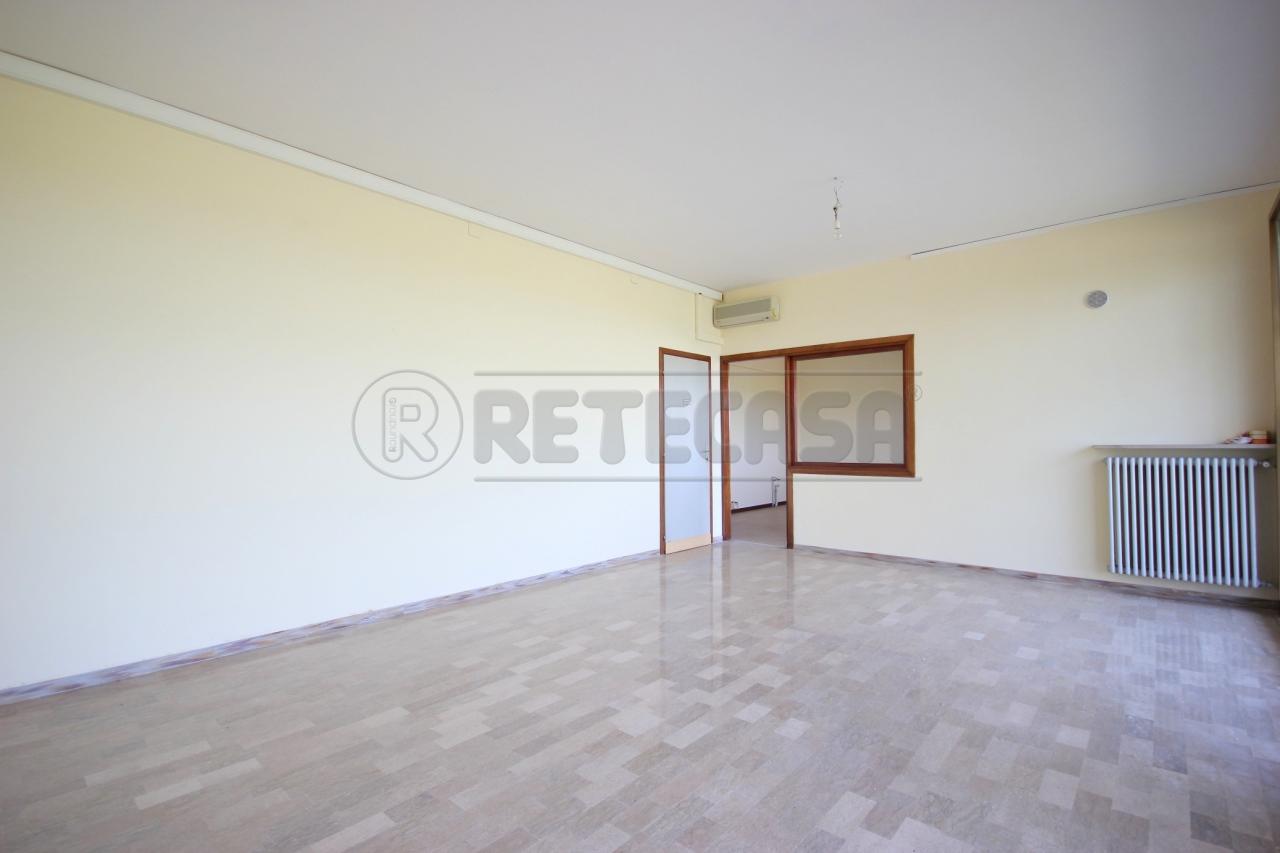 Negozio / Locale in affitto a Torri di Quartesolo, 9999 locali, prezzo € 480   Cambio Casa.it