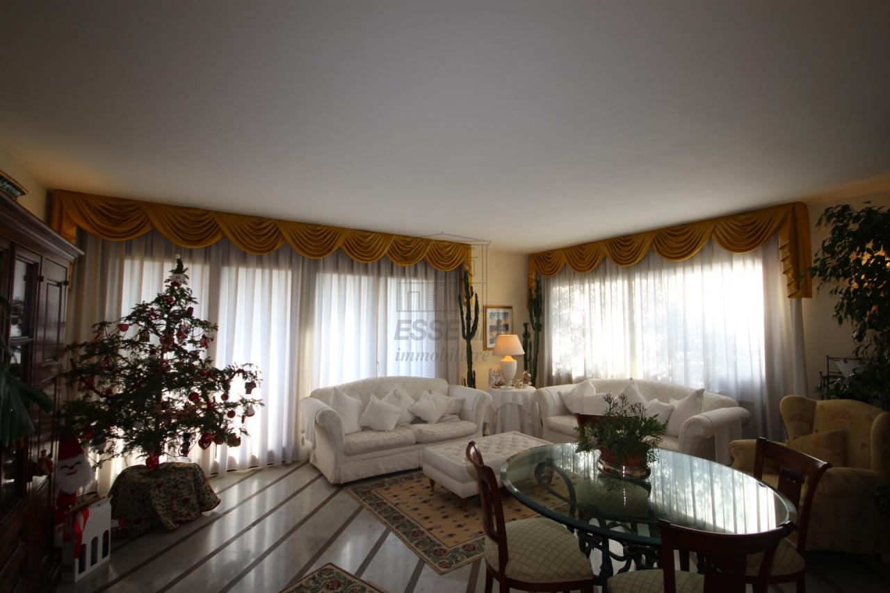 Soluzione Indipendente in affitto a Lucca, 12 locali, prezzo € 1.600   Cambio Casa.it
