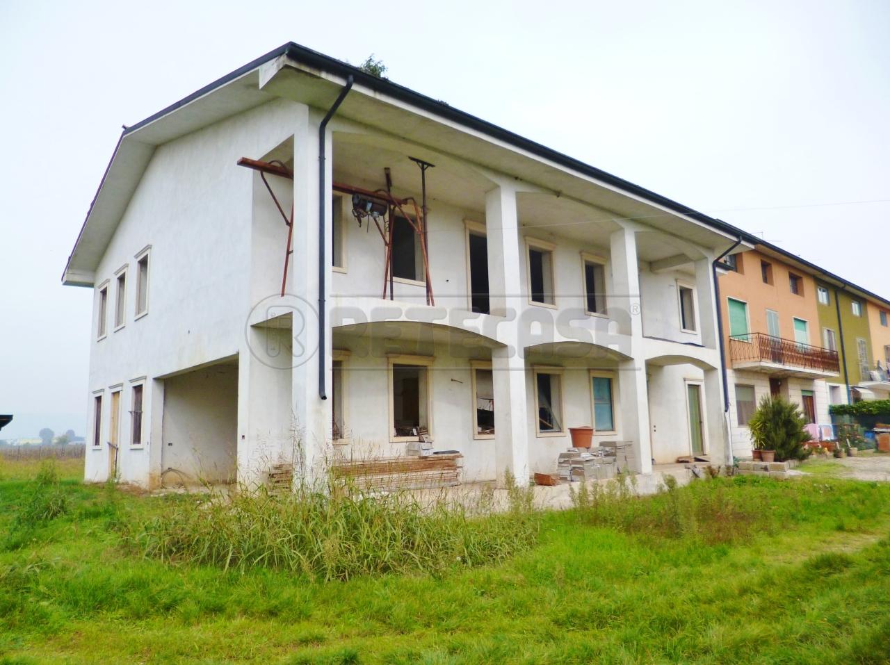 Casa indipendente in vendita a lonigo di 250mq fr1583 for Piani casa con breezeway tra casa e garage