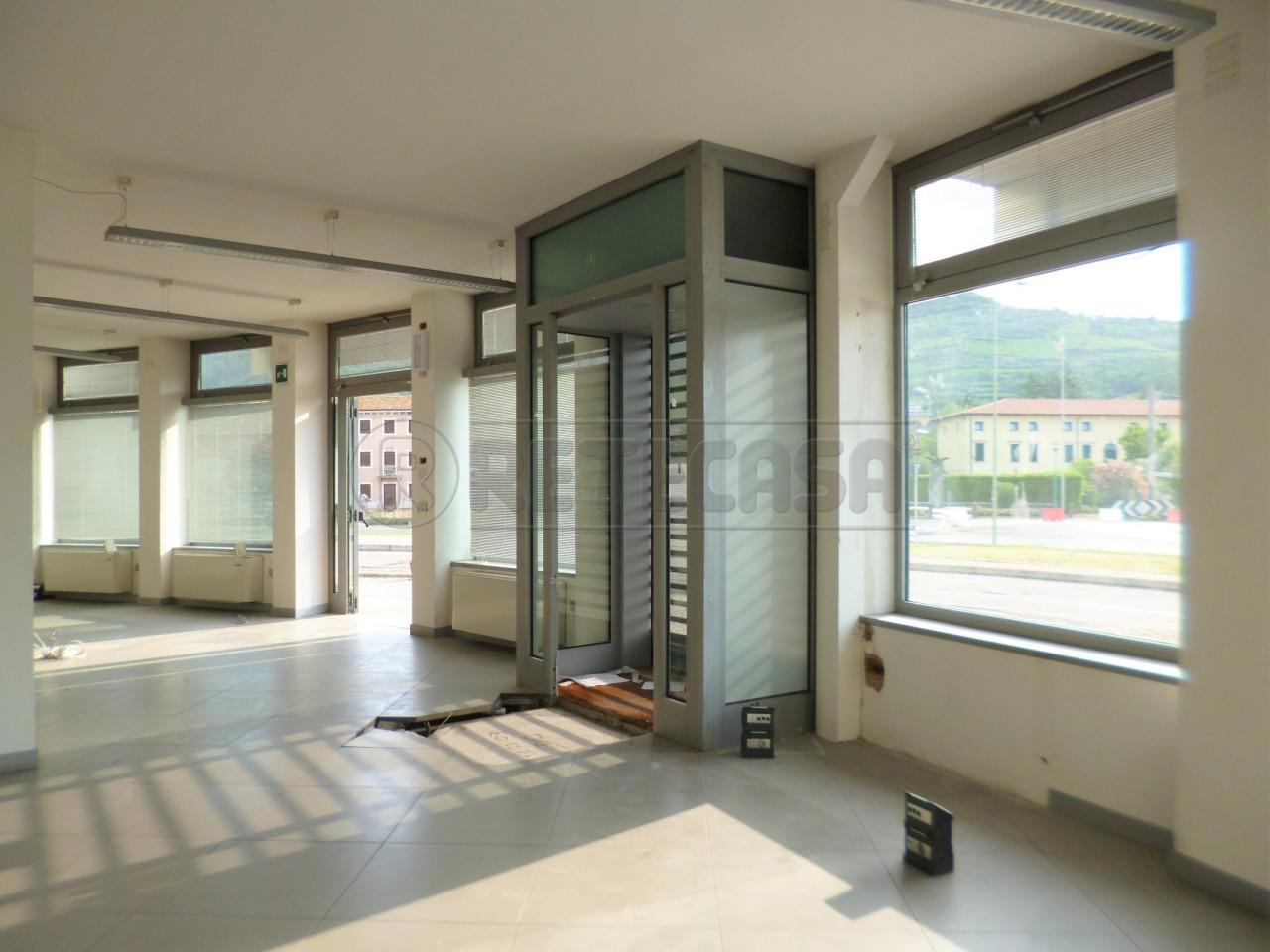 Negozio / Locale in affitto a Roncà, 4 locali, prezzo € 900 | Cambio Casa.it