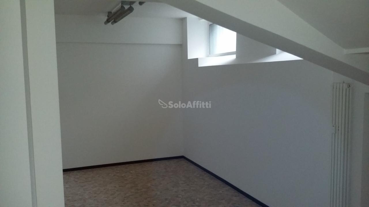 Ufficio diviso in ambienti/locali in affitto - 350 mq