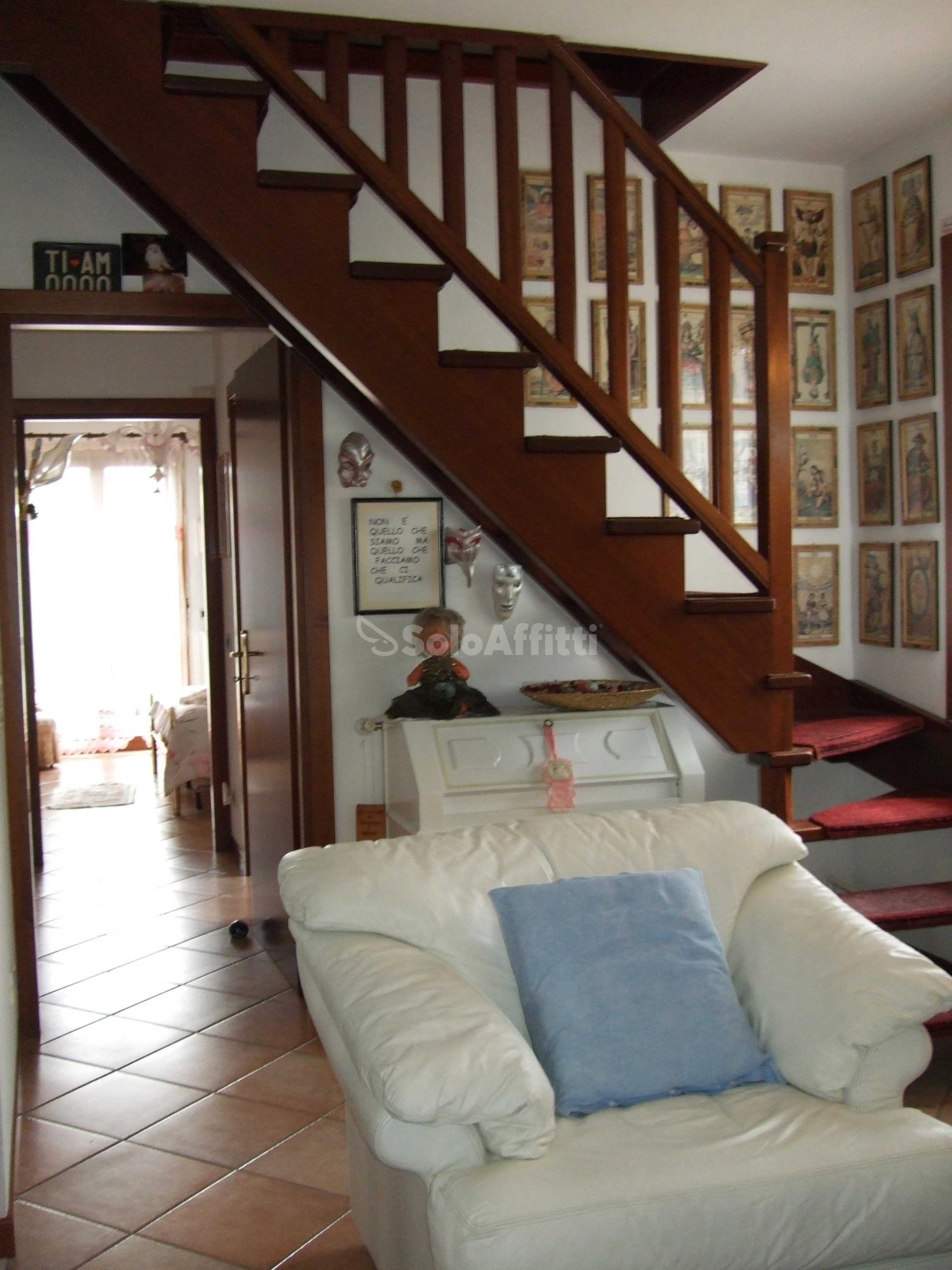 12 salotto con scala per mansarda.jpg