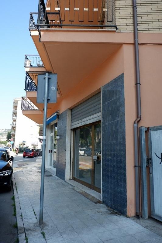 Negozio / Locale in affitto a San Benedetto del Tronto, 1 locali, prezzo € 750   CambioCasa.it