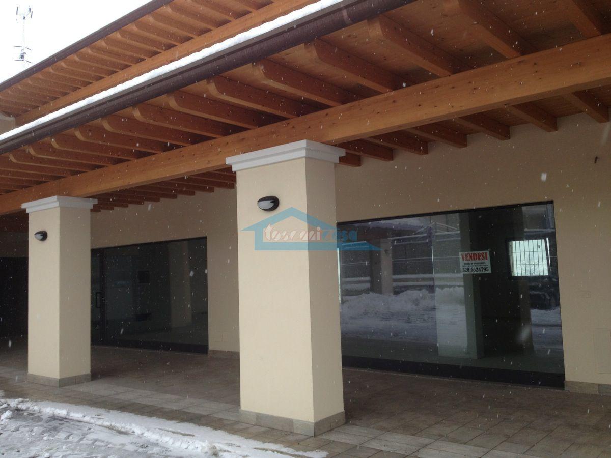 Portico con le 2 vetrine Locale commerciale  a Adro
