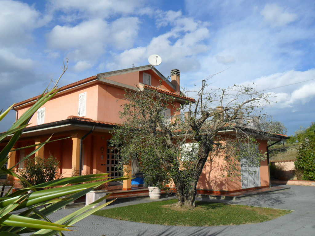 Villa in vendita a Castorano, 5 locali, prezzo € 235.000   CambioCasa.it
