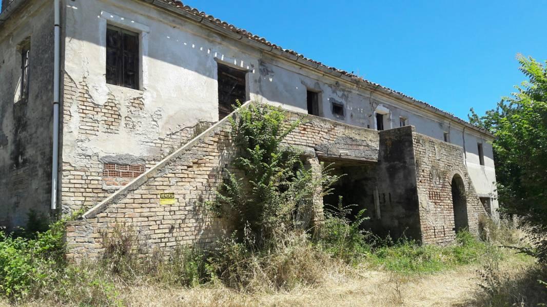 Rustico / Casale in vendita a Colonnella, 10 locali, prezzo € 180.000 | CambioCasa.it