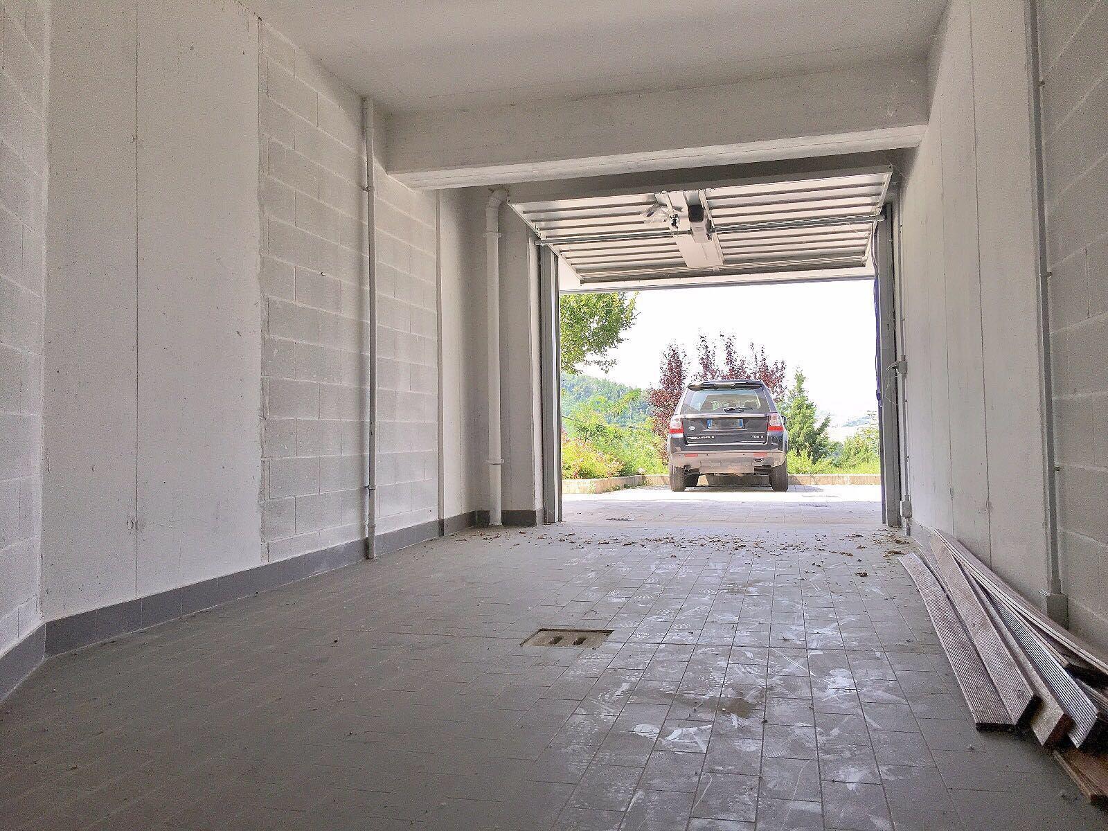 L'autorimessa con accesso dal disimpegno condominiale ed il basculante automatizzato
