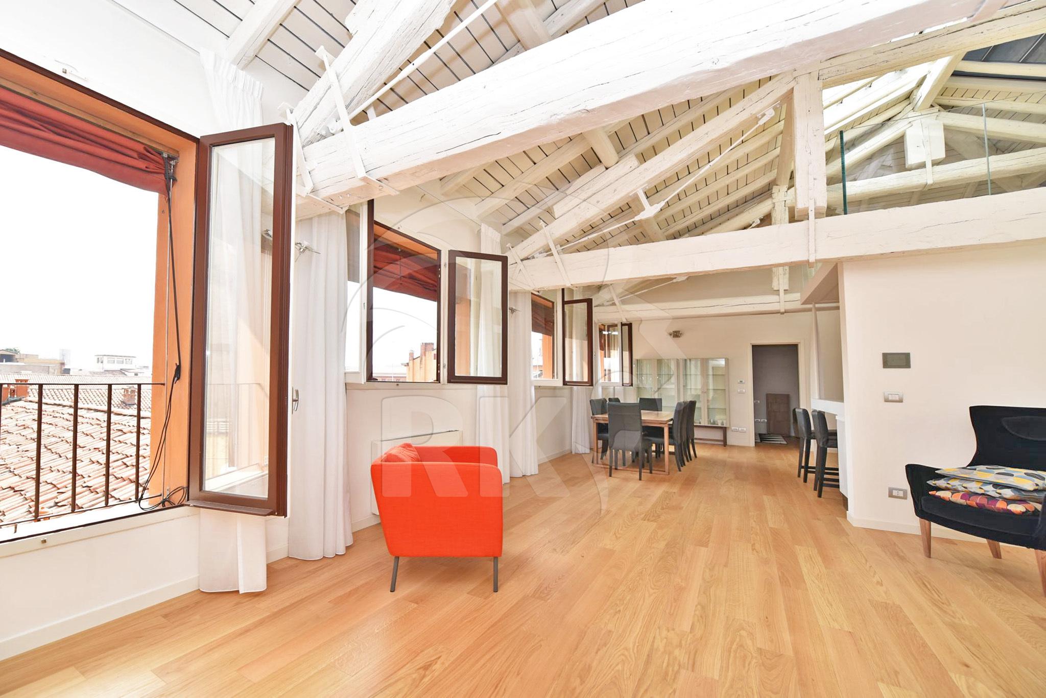 Appartamento attico in affitto bologna centro storico via for Case in affitto ad amsterdam centro