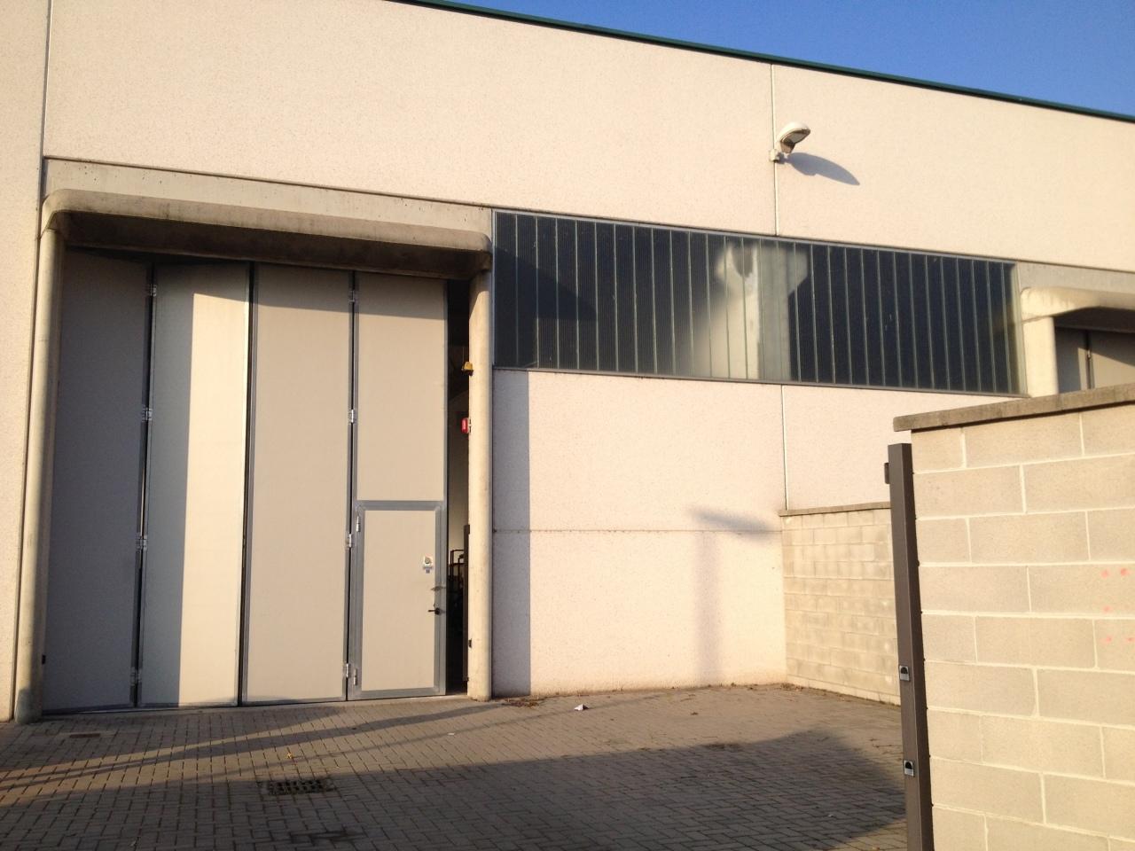 Capannone magazzino in affitto a romentino periferia for Affitto capannone