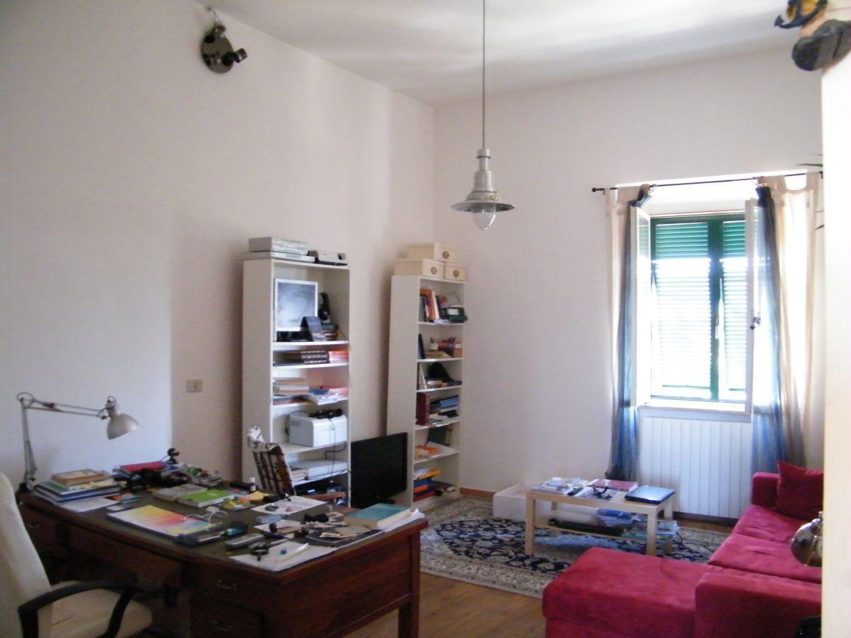grande soggiorno-studio soppalcabile con divano le