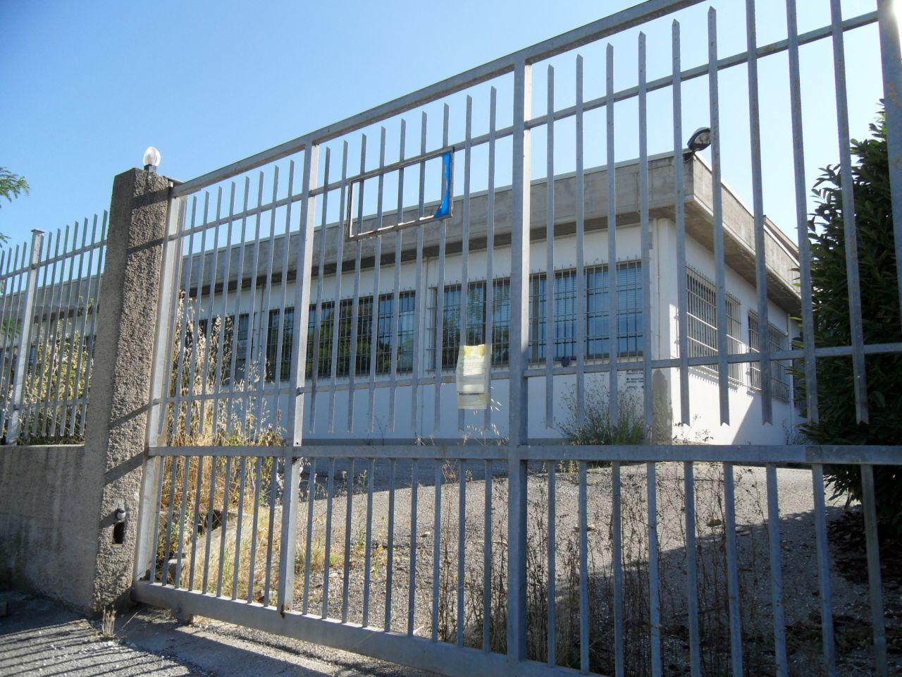 Capannone con piazzale in affitto potenza picena centro for Affitto capannone