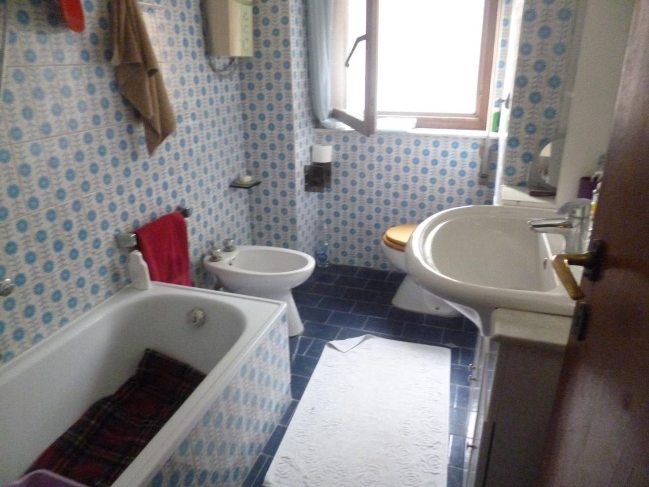 Rimodernare bagno rimodernare bagno latest coprire le piastrelle del bagno with with - Dipingere le piastrelle del bagno ...