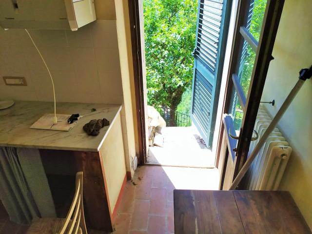 cucina con porta finestra uscita su giardino